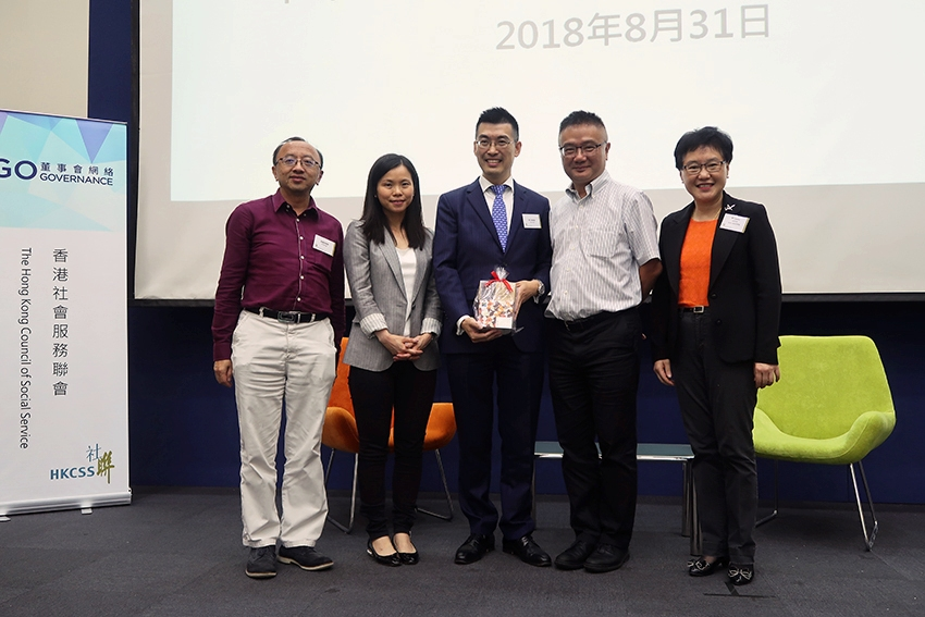 As HKCSS's representative, Mr Cliff Choi, Business Director, presented souvenir to the speaker, Mr Walter Lee, Chairman of Employment Law Committee, The Law Society of Hong Kong and took a group photo with other Law Society representatives.(From the left): -	Mr Eric Cheung, Member of Pro Bono Committee, The Law Society of Hong Kong -	Ms Serina Chan, Chairlady of Pro Bono Committee, The Law Society of Hong Kong -	Mr Walter Lee, Chairman of Employment Law Committee, The Law Society of Hong Kong -	Mr Cliff Choi, Business Director, HKCSS -	Ms Elizabeth Law, Honorary Treasurer, HKCSS